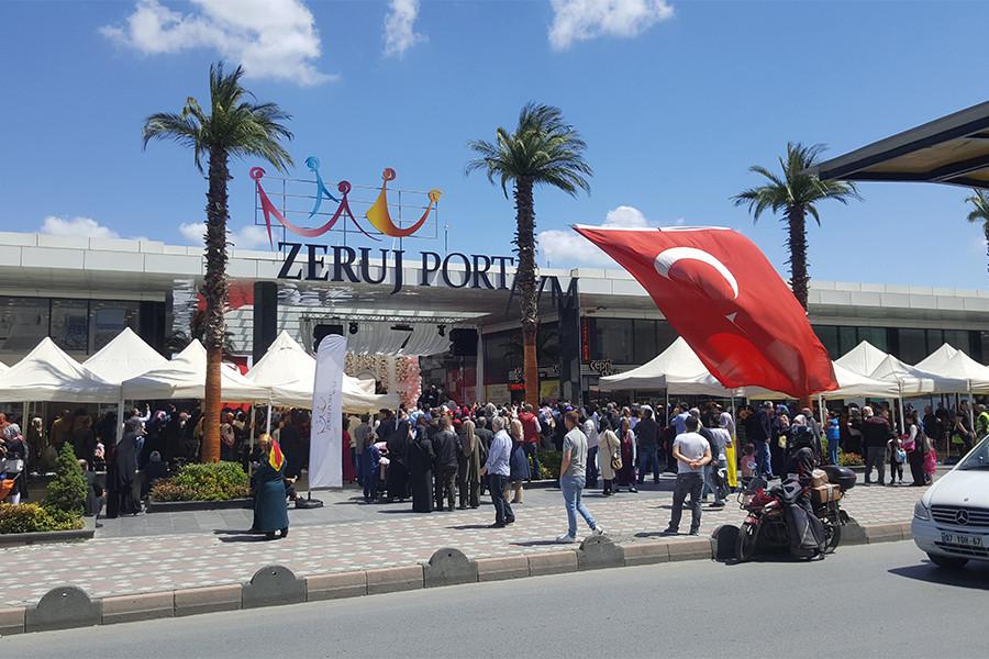 99f199154c327 Muhafazakar AVM'den izlenimler: Alışveriş de özgürlük de parası olana    Ekmek ve Gül